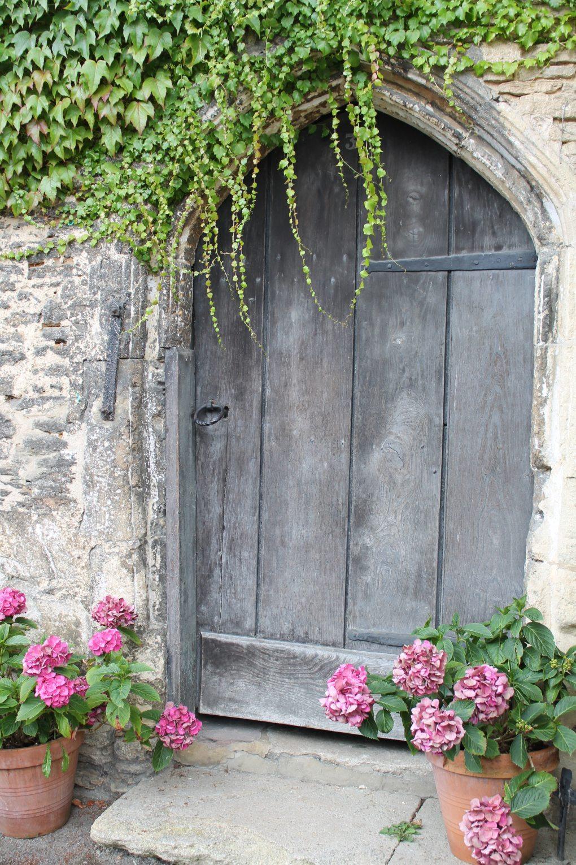 Donice ustawione symetrycznie przy drzwiach.